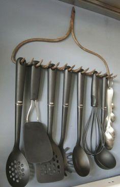 Een oude hark als rekje in de keuken