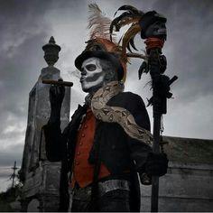 what Keith needs to dress up as for our Halloween Baron Samedi - grave yard Baron Samedi, Halloween Chic, Voodoo Halloween, Halloween Costumes, Voodoo Party, Halloween 2014, Halloween Themes, Voodoo Costume, Priest Costume