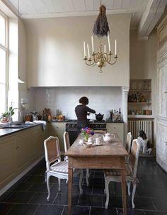 De keuken is strak en verfrissend ingericht en er valt mooi noorderlicht binnen.
