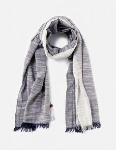4a24dd8213a0 chèches, écharpes imprimées, unies et à carreaux et gants chauds en cuir ou  en laine - Celio France. Echarpes homme ...
