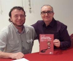 Alfred López junto a Esteve Llanes con un ejemplar del libro Vuelve el listo que todo lo sabe