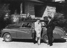 Frank Lloyd Wright, the most famous architect of the United States, with his son-in-law, to whom he presented a Mercedes-Benz 300SL, in front of his model 300