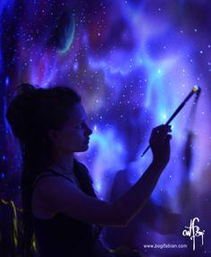 La artista Bogi Fabian crea murales usando una pintura sensible a los rayos ultravioletas. Así, en la oscuridad sus diseños revelan hermosos dibujos que se mantenían ocultos ante la luz artificial. Fabian apaga las luces, toma un pincel, y con la ayuda de una luz negra, plasma el fruto de su imaginación sobre las paredes. Las habitaciones se convierten lentamente en galaxias, junglas y mundos de fantasía. Como la artista mezcla pigmentos tradicionales con pinturas sensibles a los rayos ...