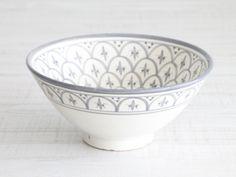 Bol-ensaladera de cerámica en color blanco y gris con pequeños motivos geométricos. Perfecto para utilizar como ensaladera o frutero. medidas: ↑ 15...