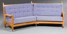 GUILLERME ET CHAMBRON - Edition VOTRE MAISON Canapé d angle modèle Mathilde , structure en bois naturel, garniture de velours mauve 98 x 247 x 78 cm (estimation 400-500€) Canapé d angle modèle