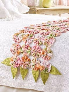Bed runner of yo-yos. The yo-yos fabric looks like a large print pattern. Fabric Art, Fabric Crafts, Sewing Crafts, Diy Crafts, Quilting Projects, Sewing Projects, Sewing Tutorials, Diy Projects, Quilt Patterns