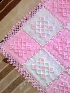 Boncuklu kare motifli yeni örgü bebek battaniye modeli