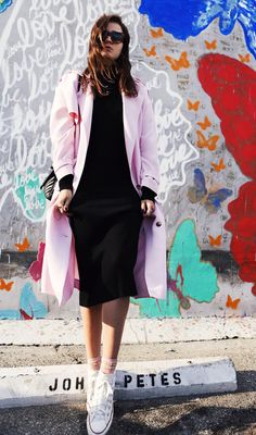 vestido tubinho midi e casaco rosa