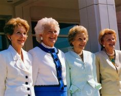 Former First Ladies ~ Nancy Reagan, Barbara Bush, Pat Nixon & Betty Ford **Nice Photo Of Them** Presidents Wives, Greatest Presidents, American Presidents, American History, First Lady Of America, Us First Lady, Nancy Reagan, Ronald Reagan, Barbara Bush