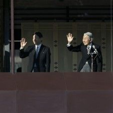 TOKIO - Vanaf het balkon van het keizerlijk paleis in Tokio heeft de Japanse keizer Akihito, samen met zijn familie, de Japanners een gelukkig nieuwjaar toegewenst. Zijn nieuwjaarstoespraak trok donderdag tienduizenden belangstellenden naar de paleistuin in het centrum van de Japanse hoofdstad.