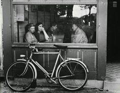 Bistro, Paris, 1930. Photo by © André Kertész