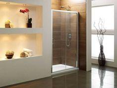 Porte de douche coulissante dans la salle de bains moderne