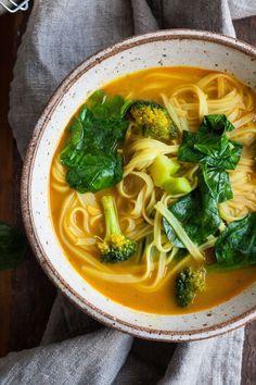 Schnelle Curry Kokos Suppe. Für dieses einfache Rezept kannst du jedes Gemüse verwenden. Cremig, würzig und verdammt gut. Vegan - kochkarussell.com