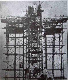 A construção da estátua do Cristo Redentor, no Rio de Janeiro, entre 1922 e 1931.