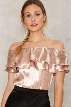 New york's in love satin top blusas sexys, blusas de satén, molde blus Casual Skirt Outfits, Chic Outfits, Fashion Outfits, Fashion Tips, Satin Trousers, Mode Simple, Trend Fashion, Sexy Blouse, Satin Top