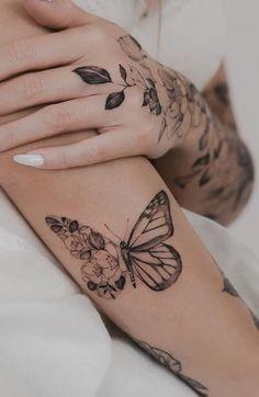 Wonderful simple sleeve butterfly tattoo design ideas, tattoo old school tattoo arm tattoo tattoo tattoos tattoo antebrazo arm sleeve tattoo Dream Tattoos, Mini Tattoos, Body Art Tattoos, Small Tattoos, Tatoos, Small Women Tattoos, Delicate Tattoos For Women, Forarm Tattoos, Top Tattoos