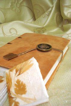 Quaderno in pelle con rilegatura medievale e mini quaderni.  www.bottegamastrociliegia.it