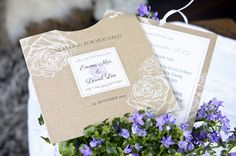 Moderne Hochzeitseinladunge Emma Mia & David Lee - Kraftpapier - floral - Rosen -schlicht