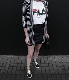 look preto e branco, camiseta logo Fila, Vans Old Skool.