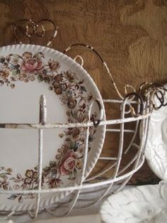love the plate pattern and the wire basket