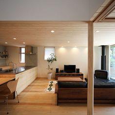 あえて天井を低く構えることで、ダイナミックな開口部がもたらす開放感がよりいっそう感じられます。 #平屋#愛知県注文住宅#新築#インテリア#愛知県工務店#注文住宅#縁側#ステンレスキッチン#kisetsu#マイホーム#シンプル#明るいリビング#ライフスタイル#リビング#オリジナルキッチン#建築#設計事務所#ダイニング#アウトドアリビング#ステキなキッチン#庭#芝生の庭#大開口の窓#外観#和モダン#天井#デッキテラス#外構#自然素材#吹抜け