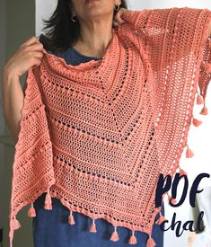 Patrón de chal TARDES con TERESA de crochet. Chal triangular con mini-borlas de 1,70 m x 0,70 m. Tutorial en PDF. Shawl, Mini, Etsy, Sweaters, Fashion, Crochet Cover Up, Crochet Shawl Patterns, Long Jackets, Scarves