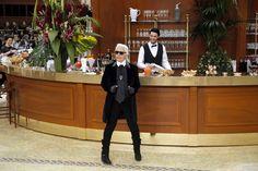 Karl Lagerfeld trasforma il Grand Palais in una brasserie dove Anna Wintour, giornalisti e star si mettono al bancone o al tavolo per consumare una moda chic e
