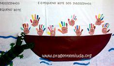 PAINEL CRIATIVO PARA O DIA DO INDIO    Esta ideia é para mural bem grande para parede. Nela você pode usar os indiozinhos carimbados com as mãozinhas pra fazer os personagens da canoa. A dica é fazer a canoa com papelão...    http://www.pragentemiuda.org/2012/04/vamos-fazer-um-mural-para-dia-do-indio.html