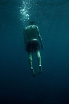 I'm tired of being on my own. Sometimes I feel so lonely I might just drown into myself. Underwater Art, Underwater Photography, Dark Photography, Pose Reference, Photos, Pictures, One Piece, Inspiration, Beautiful