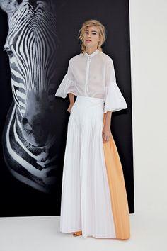 Guarda la sfilata di moda Genny a Milano e scopri la collezione di abiti e accessori per la stagione Pre-collezioni Primavera Estate 2018.
