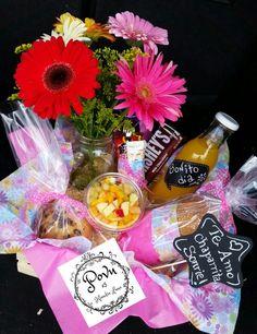 best Ideas for breakfast sorprise gift Diy Presents, Diy Gifts, Diy Birthday, Birthday Gifts, Valentine Day Love, Valentines, Breakfast Party Foods, Breakfast Nook Table, Food Bouquet