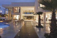 Casa no Jardim Acapulco com 7 dormitórios (sendo todos suítes), closet, hidromassagem, varandas, sala de estar, sala de jantar, sala de visita, home theater, lareira, copa, cozinha planejada, 10 banheiros, lavabo, área de serviço, despensa,  casa de caseiro e 3 vagas de garagem (cobertas) e 9 (descobertas). Possui lazer com jardim, piscina, cascata, forno de pizza, churrasqueira, espaço gourmet, sauna, sala de ginastica, gazebo e Solarium.  Sistema de irrigação automática em baixo da quadra…