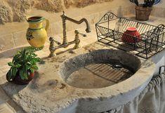Bastide sink - L'évier en pierre dans la cuisine de l'Oustal les Cévennes