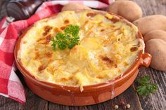 Fresh & Creamy Potato Gratin in the crockpot Meat Recipes, Slow Cooker Recipes, Cheesy Potato Soup, Scalloped Potato Recipes, Berry Salad, Good Food, Yummy Food, Hungarian Recipes, Fresh Fruits And Vegetables