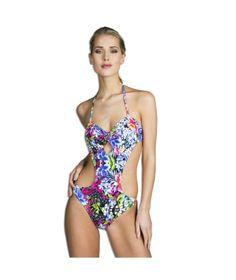 Badpak Garden, een fashionable en sexy badpak! Uitgevoerd in een bloemen patroon in verschillende kleuren. Een open plekje onder de cups en open zijdes aan de voorkant voor een sexy touch. Afgewerkt met een mooie gouden halter accessoire tussen de cups in. De achterkant ziet er uit als een normale bikini set.  #zomercollectie #zomerkledingdames #zomerkleding