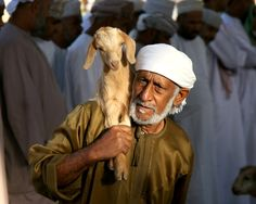 Ein Ziegenverkäufer auf dem Markt in Nizwa (Oman).