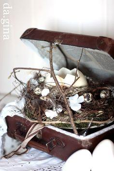 Ein Osternest im Vintagekoffer? Geschlossen garantiert ein Versteck, das nur von ganz hellen Geistern entdeckt wird...