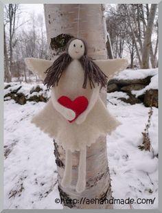 Det har blivit två stickade och tovade änglar till. De är så roliga att göra. Benen och armarna är halvjobbiga men annars så.