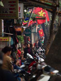 Hanoi hat mich förmlich in seine Bann genommen, der alte französische Charme, die relaxte Stimmung und die überaus herausragende Freundlichkeit, die einem überall entgegen gebracht wird. Eine echt willkommene Abwechslung zu den sonst überfüllten und lauten Großstädten.  Eine kleine Sightseeing – Tour gibts auf meinen Blog ;)  #vietnam #hanoi #sightseeing #stadtansicht #stadtleben #streetphotography Hanoi, Vietnam, Times Square, Blog, Glamour, City Life, Mood, Nice Asses