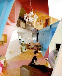 L'année dernière, l'architecte Kazuyasu Kochi du studio basé à Tokyo, Kochi Architect, a achevé un projet ambitieux sur la base d'une rénovation d'un vieux bâtiment à Chiba. Un espace central qui tranche, qui permet de communiquer visuellement dans toutes les pièces, le tout bariolé de couleurs