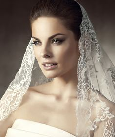 La Sposa presents its M-1570 bridal veil. | La Sposa