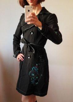 Kaufe meinen Artikel bei #Kleiderkreisel http://www.kleiderkreisel.de/damenmode/halblange-mantel/65563560-schwarzer-parka-manteltrench-coat-von-pussy-deluxe-mit-turkisen-stickereien