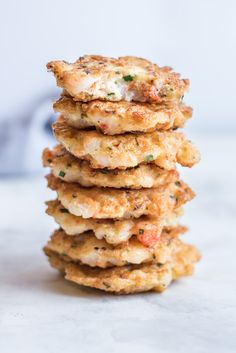 These tender shrimp cakes is a simple dinner in minutes that's so mouthwatering, easy and delicious! You are guaranteed to cook it again and again! Appetizer Recipes, Shrimp Recipes, Fish Recipes, Appetizers, Diner Recipes, Cooking Recipes, Lunch Recipes, Cake Recipes, Shrimp Cakes