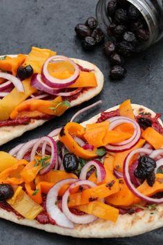 Vegetable naan -bread pizza. http://www.jotainmaukasta.fi/2012/10/26/pizzapaiva-pakkasella/