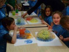 zeepbellen met plakkaatverf blazen