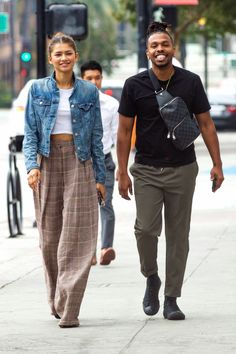 Zendaya With Her Brother Austin at the Granville Restaurant in Burbank - Zendaya With Her Brother Austin at the Granville Restaurant in Burbank Source link. Zendaya Outfits, Celebrity Outfits, Chic Outfits, Celebrity Style, Fashion Outfits, Zendaya Fashion, Casual Chic Style, Casual Street Style, Zendaya Street Style