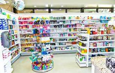 Esté es el interior de la farmacia. Se vende champú y jabón.