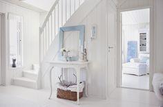 Koti Oslossa - A Home in Oslo, Norway Weranda Kuvat: Franciska Munch-Johansen/House o. Hallway Inspiration, Interior Inspiration, Interior And Exterior, Interior Design, Relax, White Rooms, Hallway Decorating, Coastal Homes, Classic House