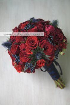 Свадебный букет из красных роз с синими ягодами и чертополохом