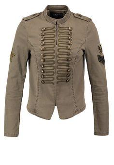 que es un personal shopper - chaqueta militar                              …                                                                                                                                                                                 Más